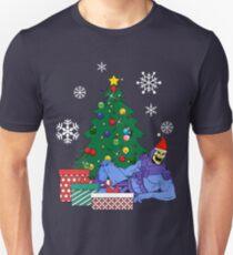 Skeletor um den Weihnachtsbaum Slim Fit T-Shirt