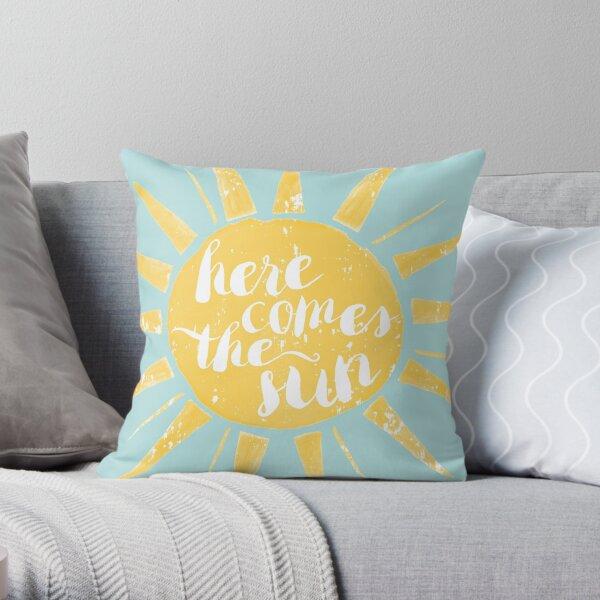 """mit der Aufschrift """"Hier kommt die Sonne"""" in handgeschriebener Pinselschrift. Dekokissen"""