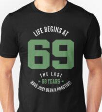 Das Leben beginnt bei 69 Unisex T-Shirt