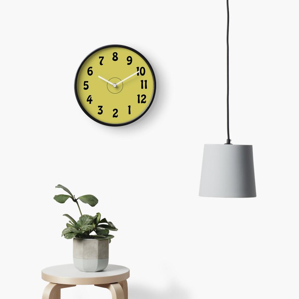Eine Uhr. Die 8 ist oben? Wie krank ist das denn? Uhr