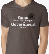 Waffen töten keine Menschen. T-Shirt mit V-Ausschnitt für Männer