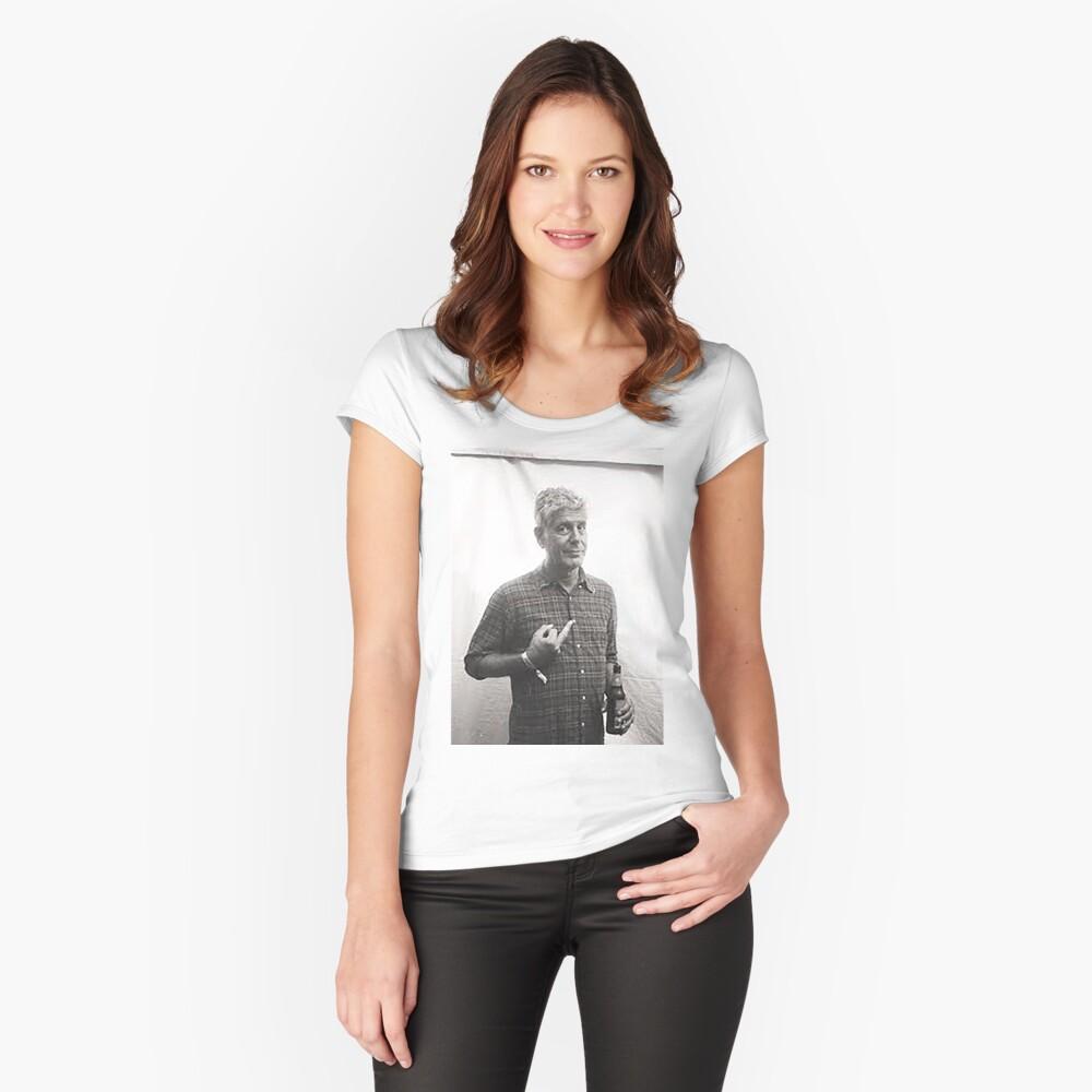 Anthony Bourdain dedo medio Camiseta entallada de cuello ancho