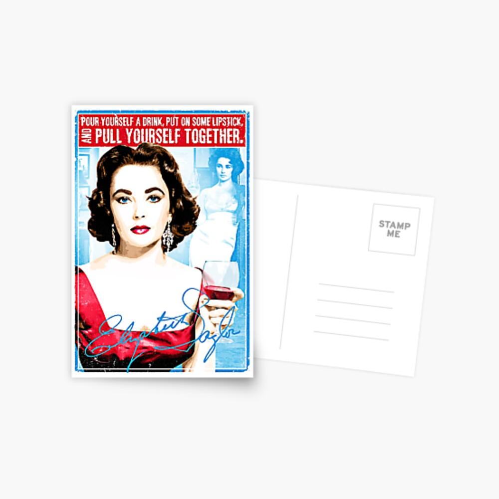 """Elizabeth Taylor Zitat """"Gönn dir einen Drink, zieh einen Lippenstift an und zieh dich zusammen"""" Postkarte"""