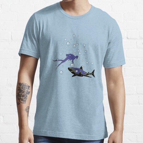 Taucher mit Hai und Wasserblasen Essential T-Shirt