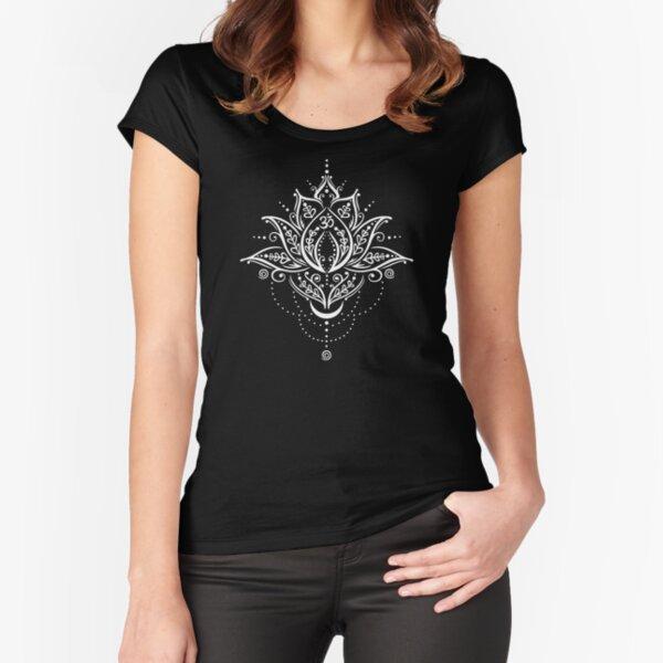 Lotus mit Mond und Om Symbol. Yoga. Tailliertes Rundhals-Shirt