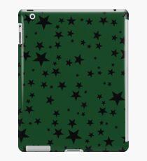 Random Size Black Stars auf grünem Hintergrund iPad-Hülle & Klebefolie