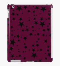 Gelegentliche schwarze Sterne auf einem dunklen Kirschrot-Hintergrund iPad-Hülle & Klebefolie