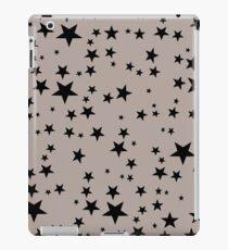 Zufällige schwarze Sterne auf Clay Hintergrund iPad-Hülle & Klebefolie