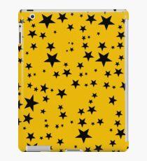 Gelegentliche schwarze Sterne auf einem Schulbus-gelben Hintergrund iPad-Hülle & Klebefolie