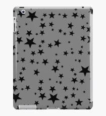 Zufällige schwarze Sterne auf grauem Hintergrund iPad-Hülle & Klebefolie