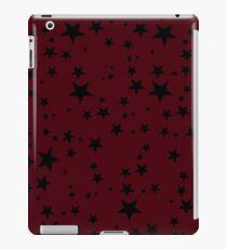 Gelegentliche schwarze Sterne auf einem dunklen Rosen-Rot-Hintergrund iPad-Hülle & Klebefolie