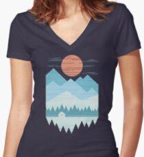 Kabine im Schnee Tailliertes T-Shirt mit V-Ausschnitt