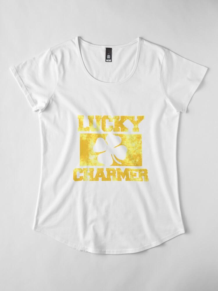 Vista alternativa de Camiseta premium de cuello ancho Día de Lucky Charmer St. Patrick