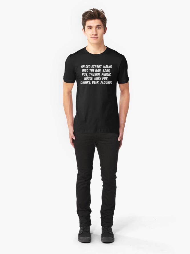 Alternative Ansicht von Ein SEO-Experte betritt die Bar, Bars, Kneipe, Taverne, öffentliches Haus, Irish Pub, Getränke, Bier und Alkohol Slim Fit T-Shirt