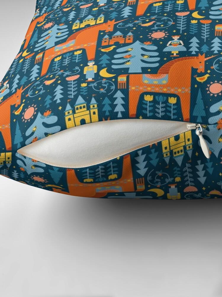Alternative Ansicht von Märchen in Blau + Orange Bodenkissen