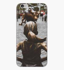 Vinilo o funda para iPhone Fearless Girl frente a Charging Bull Market, Nueva York, Estados Unidos