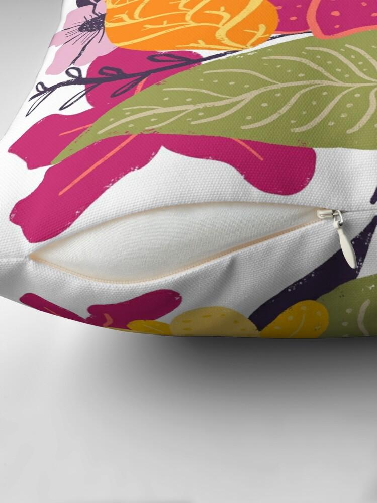 Vista alternativa de Cojín Moderna composición floral grande ilustración tendencia de color por Girly Trend