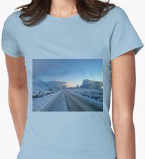 Dramatischer Dawn Drive Tailliertes T-Shirt für Frauen