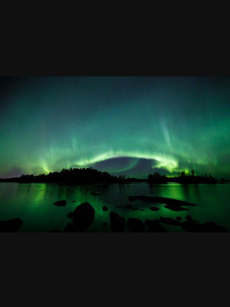 Wunderschöne Nordlichter über dem See von Juhku
