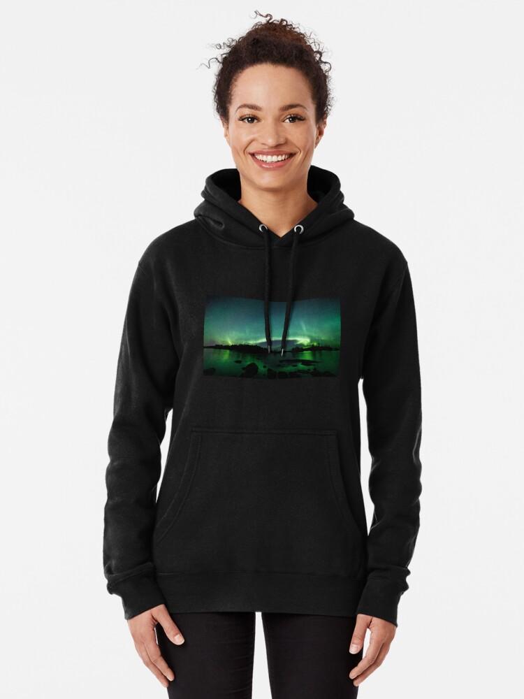 Alternative Ansicht von Wunderschöne Nordlichter über dem See Hoodie