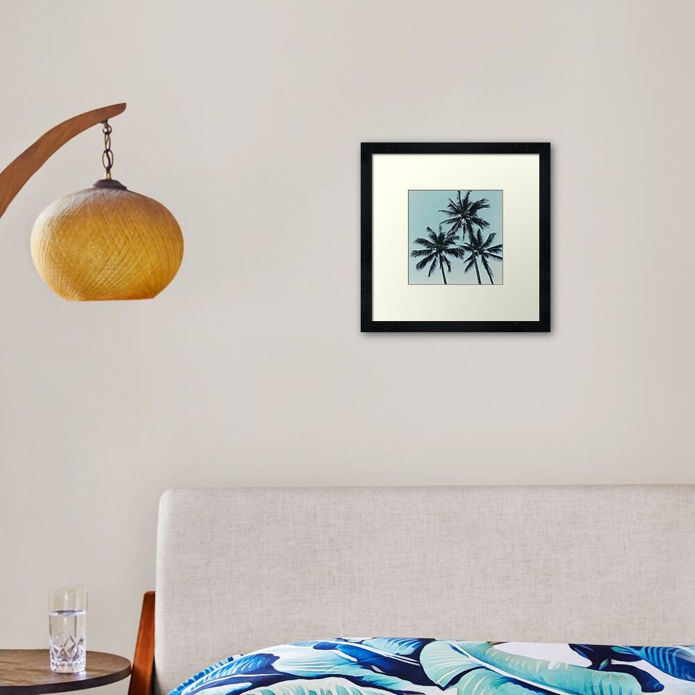 Blaue Himmel und tropische Palmen Gerahmter Kunstdruck