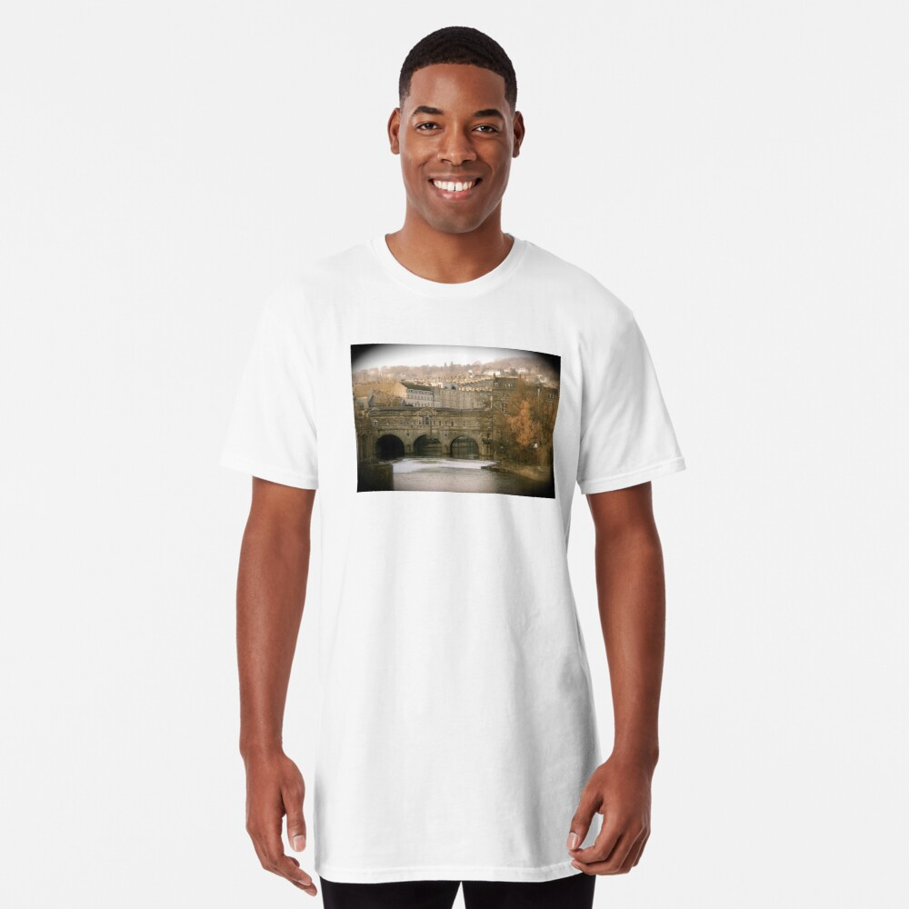 Pulteney Bridge crossing the river Avon in Bath, Somerset County, England Long T-Shirt