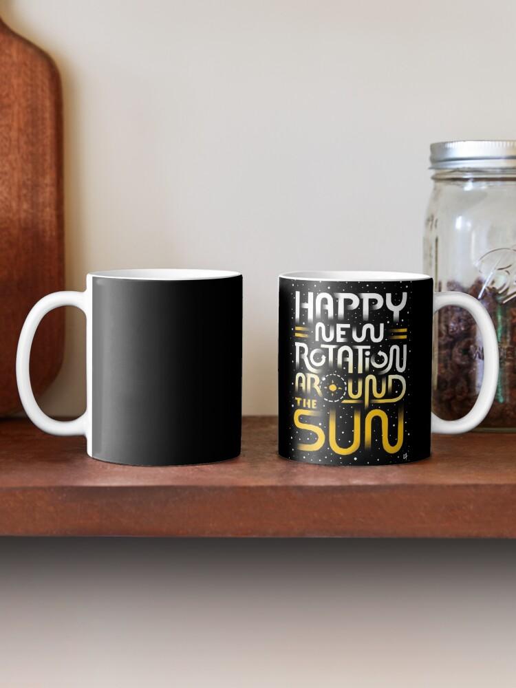 Vista alternativa de Taza Feliz nueva rotación alrededor del sol