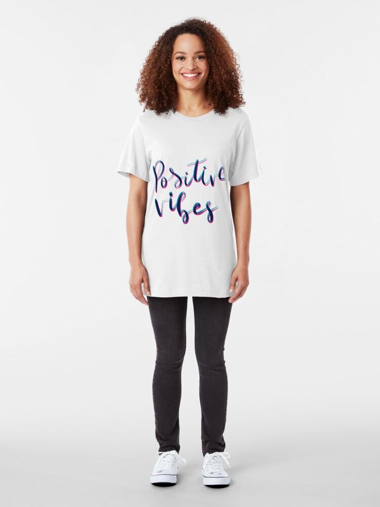 Vista alternativa de Camiseta ajustada Vibras positivas