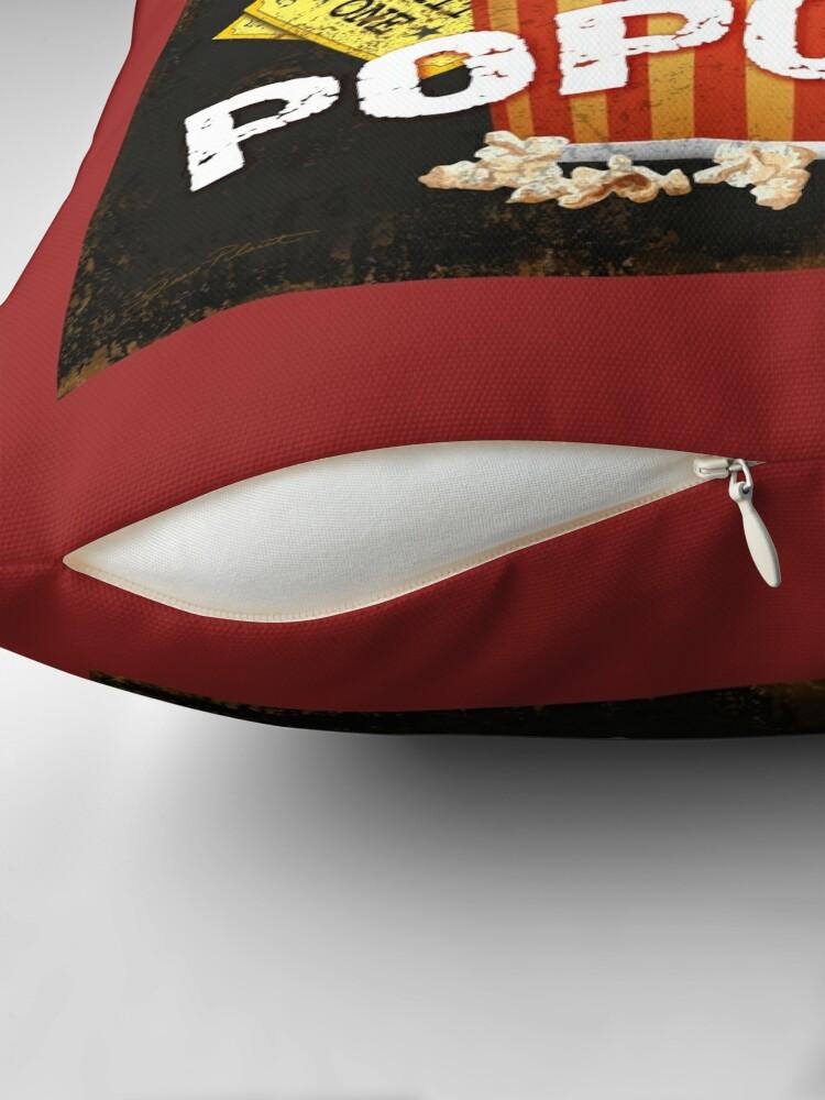 Vista alternativa de Cojín Arte de teatro de palomitas de maíz con mantequilla caliente
