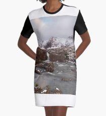 Stromaufwärts von den Fairy Pools T-Shirt Kleid