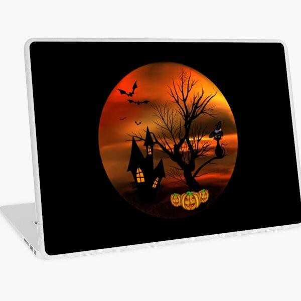 Halloween Katze mit Zauberhut in einem blattlosen Baum, leuchtende Kürbisse, Fledermäuse und eine alte Villa Laptop Folie