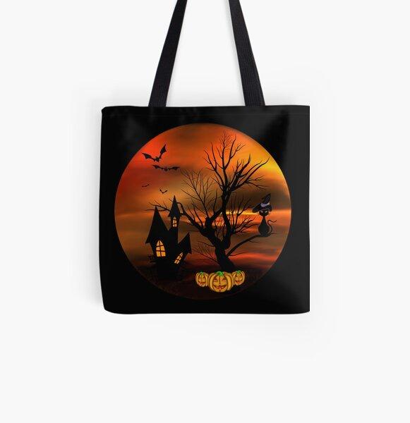 Halloween Katze mit Zauberhut in einem blattlosen Baum, leuchtende Kürbisse, Fledermäuse und eine alte Villa Allover-Print Tote Bag