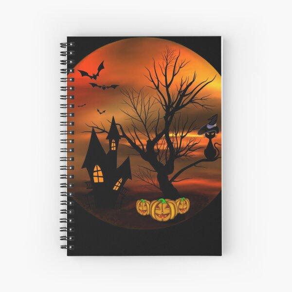 Halloween Katze mit Zauberhut in einem blattlosen Baum, leuchtende Kürbisse, Fledermäuse und eine alte Villa Spiralblock