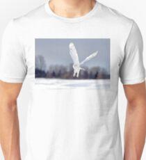 Snowy owl taking flight Unisex T-Shirt