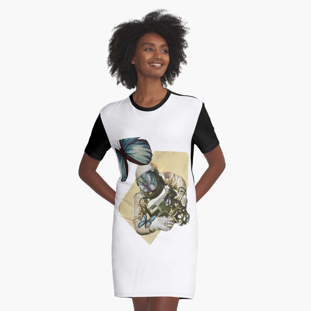 Schmetterlinge im Weltall T-Shirt Kleid
