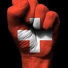 Flagge der Schweiz auf einer angehobenen geballten Faust von jeff bartels