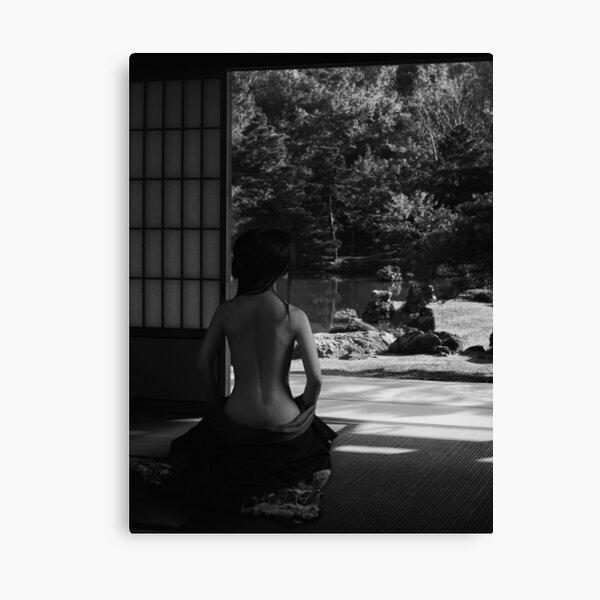 Hermosa mujer asiática en una casa japonesa con su kimono bajado, revelando su espalda desnuda foto de impresión artística Lienzo