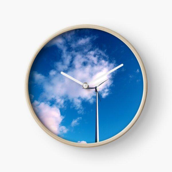 Windrad vor strahlendem Himmel Uhr