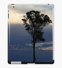Baum kurz vor dem Sonnenuntergang iPad-Hülle & Klebefolie