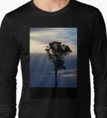 Baum kurz vor dem Sonnenuntergang Langarmshirt