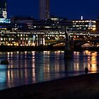 Hinunter die Themse Riverbank schlendern - Magical Night in London von Georgia Mizuleva
