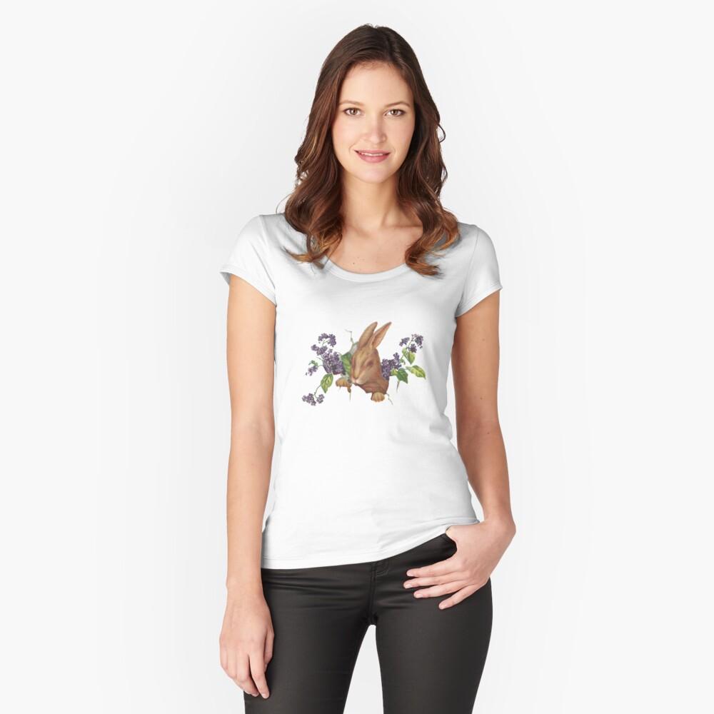 Ostern-Kaninchen, das vom Hintergrund mit Fliedern platzt Tailliertes Rundhals-Shirt