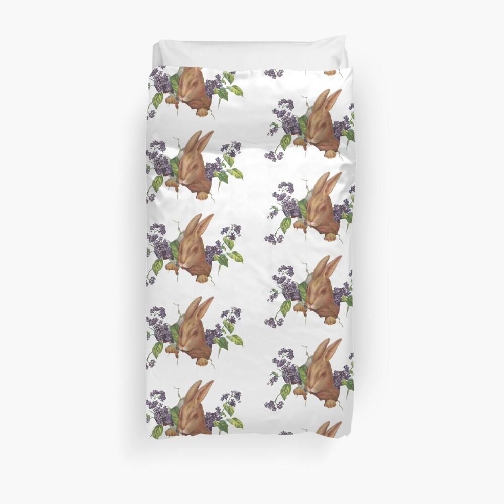 Ostern-Kaninchen, das vom Hintergrund mit Fliedern platzt Bettbezug