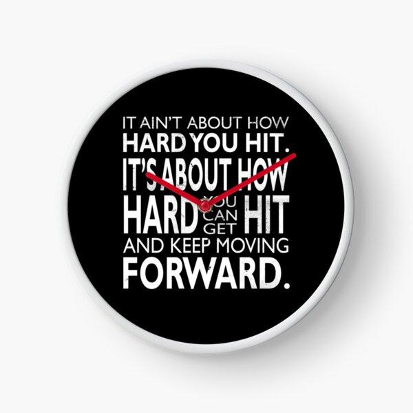 se trata de lo difícil que puede ser golpeado y seguir avanzando ~ Rocky. Cuando las cosas se ponen difíciles, todo se trata de recibir golpes y mantenerse positivo. Un mensaje para todos nosotros. Reloj