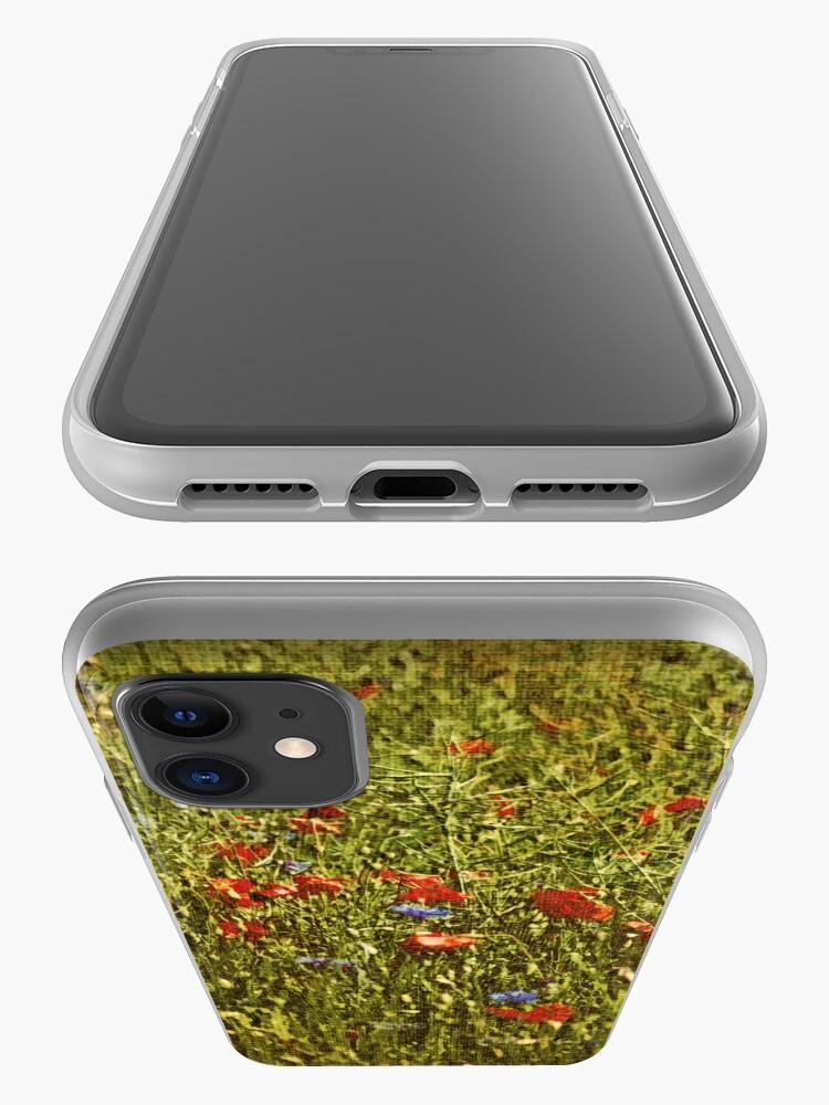Alternative Ansicht von Sommerfeld mit roten und blauen Blumen iPhone-Hülle & Cover