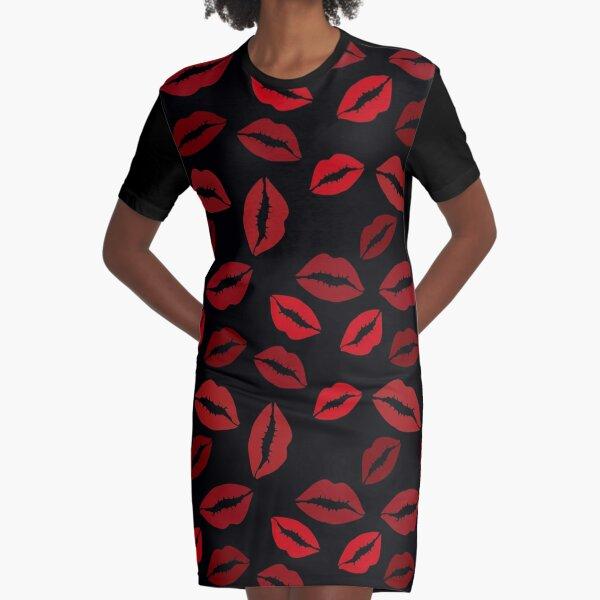 Nahtloses Muster von roten Lippen auf schwarzem Hintergrund T-Shirt Kleid