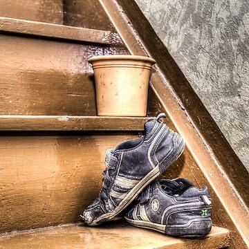 Alte Kinderschuhe auf einer Treppe - HDR von pASob-dESIGN