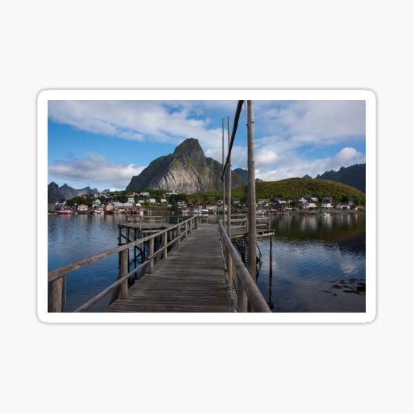 Holzsteg im Fischerdorf Reine, Reinebringen im Hintergrund auf den Lofoten, Norwegen / Skandinavien Sticker