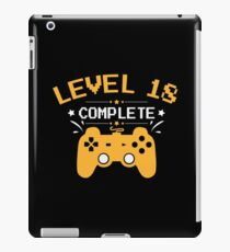 Gamer Shirt Level 18 Complete Gaming Birthday Gift Tee iPad-Hülle & Klebefolie