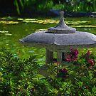 Sonniger Nachmittag im japanischen Garten von Celeste Mookherjee